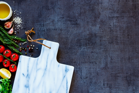 Gros plan des ingrédients délicieux et vide marbre planche à découper pour la cuisine végétarienne saine. Vue de dessus. Copier l'espace.