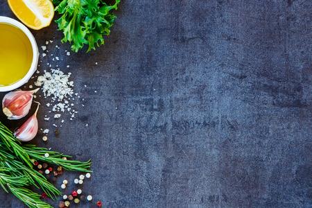 Heerlijke ingrediënten en kruiden voor een gezond vegetarisch koken op donkere uitstekende achtergrond. Bovenaanzicht. Kopieer ruimte.