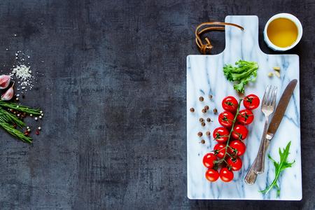Marmeren snijplank en verse, gezonde ingrediënten voor vegetarisch koken. Bovenaanzicht. Stockfoto
