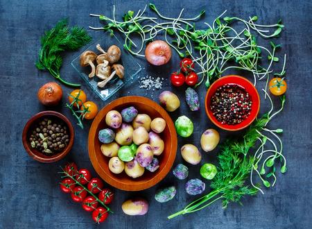 背景に有機野菜、健康ヴィンテージ テーブルで食べるため新鮮な食材を料理の平面図です。