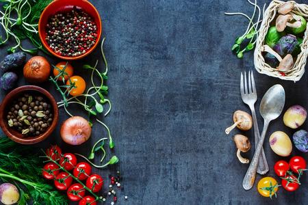 トップ ビュー ビンテージ背景に健康料理を新鮮な食材と庭の野菜のバナーします。
