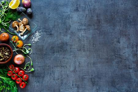 primas vegetales orgánicos con ingredientes frescos para cocinar de forma saludable en el fondo de la vendimia, vista desde arriba, la bandera. Foto de archivo