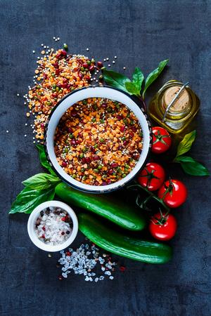 오래 된 부엌 식탁에 빨간색 콩, 렌즈 콩, 녹색 완두콩, chickpeas 유기 다채로운 야채, 상위 뷰의 건강 한 믹스 그릇. 건강한 식습관, 다이어트, 채식 또는