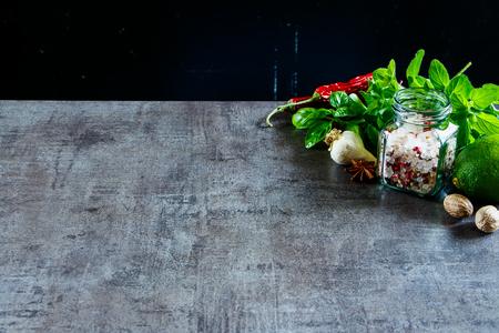 Specerijen en kruiden selectie voor gezond koken op stenen achtergrond, selectieve aandacht, kopie ruimte. Schoon eten, veganistisch, detoxen, diëten, tuinieren of vegetarisch eten. Stockfoto