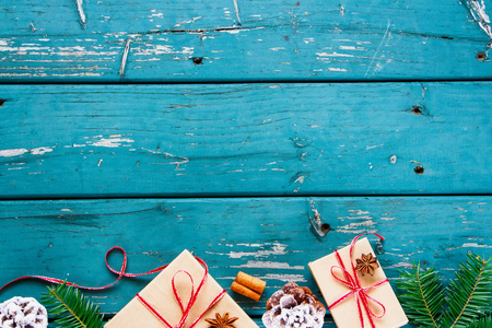 빈티지 나무 배경에 크리스마스 프레임입니다. 크리스마스 선물, 소나무 콘, 전나무 분기, 계 피와 아니 스 스타. 평면 누워 스타일, 상위 뷰, 복사본 공 스톡 콘텐츠