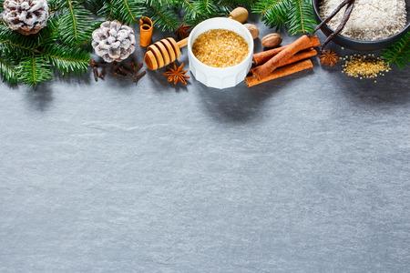 크리스마스 또는 새 해 배경 요리와 제빵 재료를 사용 하여 설정합니다. 반죽 재료와 빈티지 돌 질감에 장식. 빈 텍스트 공간이있는 레이아웃.