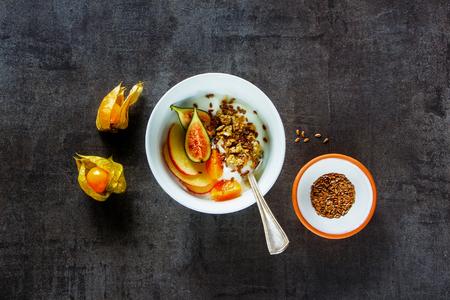 朝食ボウルのフラット レイアウト。自家製グラノーラ、イチジク、ケープ グーズベリー フルーツ ヨーグルト。コピー スペース平面図です。きれいに食べる、ベジタリアン、ビーガン、alkiline ダイエット食品のコンセプト 写真素材 - 91333975