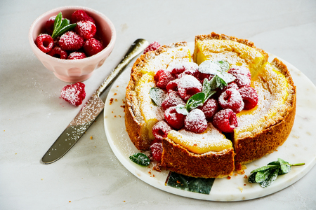 Sliced homemade classic cheesecake with fresh raspberry close up 版權商用圖片