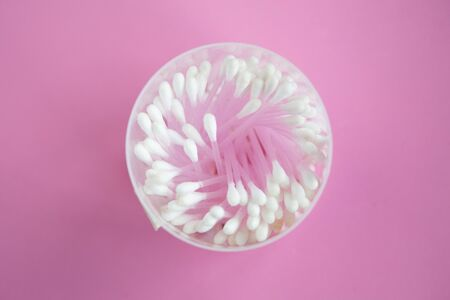 Cotton buds in the box, top view, pink background Zdjęcie Seryjne