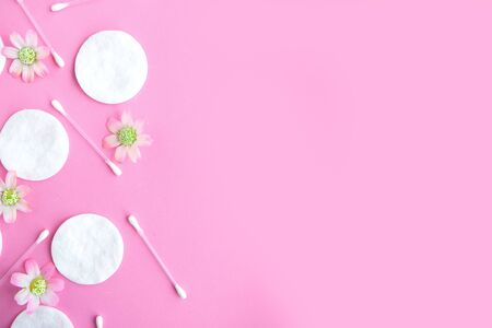 Cotton sponges and cotton buds pattern on pink background, minimal concept Zdjęcie Seryjne