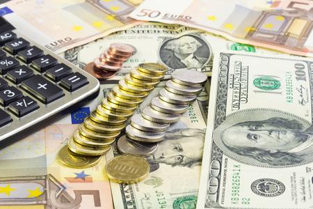 Rechner, Geld und Münzen auf den Tisch legen