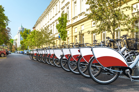 Fahrradverleihstation auf Stadtstraße.