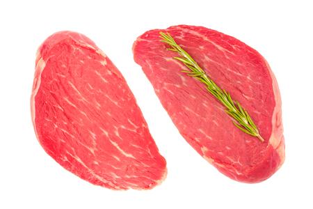 Zwei Scheiben frisches rohes Rindfleisch für Steaks. Draufsicht, isoliert auf weißem Hintergrund