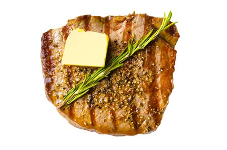 Grillezett grillezett steak vajjal és rozmaring szelettel, elszigetelt fehér háttérrel