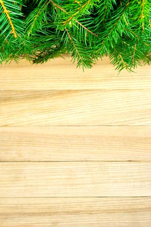 聖誕樅樹在空的空間的鄉村木板