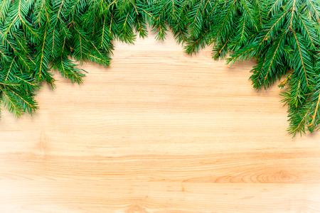 聖誕節凍結的木製背景與杉木樹和空的空間為文本或願望 版權商用圖片