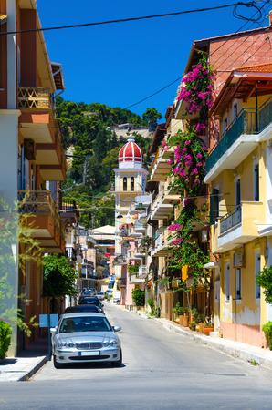 Malerische Straße der Altstadt in der Stadt Zakynthos. Insel Zakynthos, Griechenland. Vertikales Orientierungsfoto.