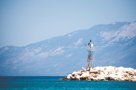 Lonely sea beacon a sziklás parton.