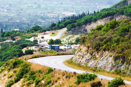 Carretera de montaña en un día de verano. Isla de Zakynthos, Grecia. Foto de archivo