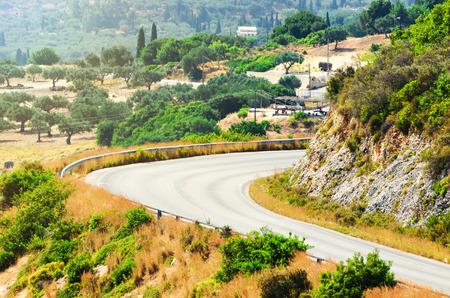 Hegyi út egy napsütéses nyári napon. Zakynthos sziget, Görögország.