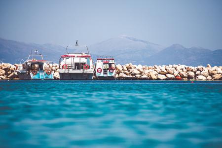 Paisaje marino hermoso con el faro en orilla rocosa. Foto de orientación vertical