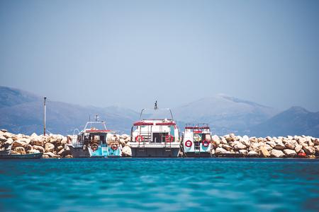 Barcos blancos atracados en el muelle rocoso Foto de archivo