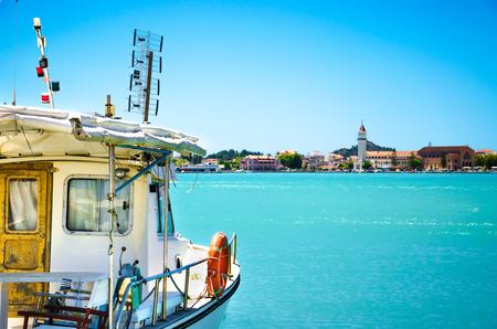 An Bord des Bootes. Sommerfahrt auf dem Boot durch das Meer. Verbinde die Seereise