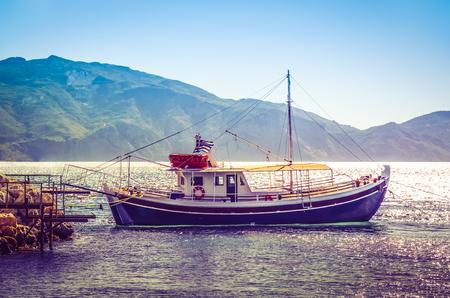 Hajó kikötve a mólón napkelte után. Stock fotó