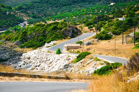 Landschap van de rotsachtige weg met een klein huis aan de heuvel