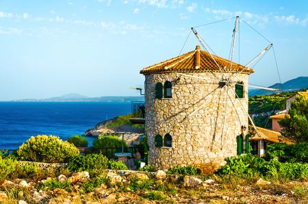 Molino de viento encantador en la isla de Zakynthos. Foto de archivo