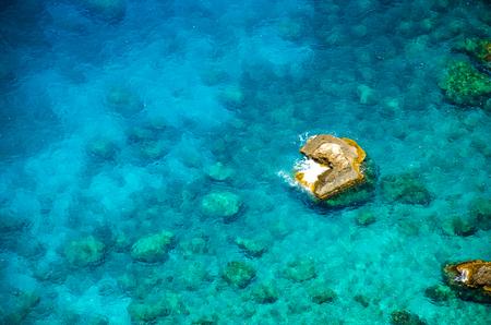 Seeweg Draufsicht. Felsiger Strand mit azurblauem Wasser und Riffen. Transparentes Wasser mit Meeresboden und Unterwasserleben. Lizenzfreie Bilder