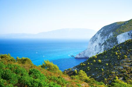 Tengeri hegyi táj a sziget szélétől, tekintettel a kontinensre