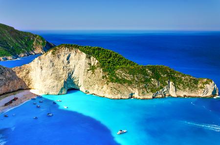 位於扎金索斯島,希臘的Navagio海灣的沉船海灘。這個詞中最著名的海灘之一。非常受歡迎的遊客和攝影師的地方。 版權商用圖片