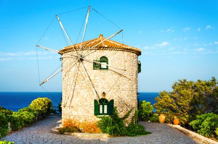 Antiguo molino de viento de Grecia tradicional en el día de verano.