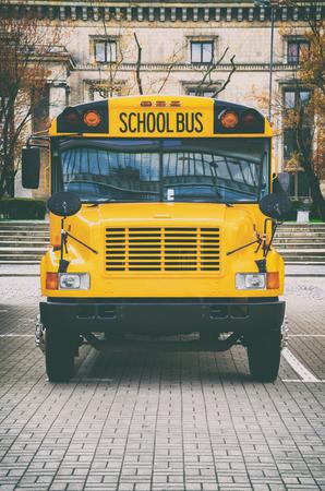 Klassieke gele Amerikaanse schoolbus op het parkeren.