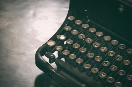 灰塵的老式打字機站在桌子上。