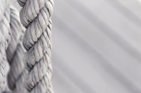 Cuerda blanca sobre fondo de madera con copia espacio.
