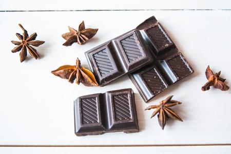 cafe bombon: Anis con chokolate negro sobre la mesa. Foto de archivo