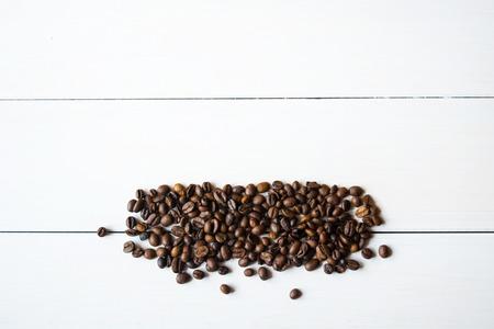 cafe bombon: granos de caf� con an�s en la mesa. Foto de archivo