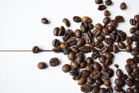 cafe bombon: anis granos de café sobre la mesa.