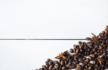 cafe bombon: Granos de caf� con an�s en la mesa.