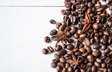 cafe bombon: Granos de café con anís en la mesa.