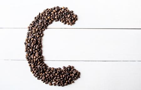 cafe bombon: granos de caf� y an�s en la mesa.