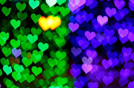 corazones azules: luces de desenfoque bokeh de fondo de los corazones verdes y azules