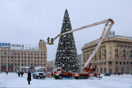 jib: VOLGOGRAD, RUSSIA - DECEMBER 13, 2009: Installation of the main city Christmas tree on on the Ploshhad Pavshih Borcov (the Square of the Fallen Fighters) in Volgograd