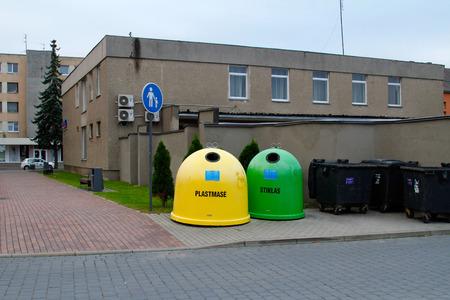 envases plasticos: envases de plástico de colores en una fila para la recolección de basura separada