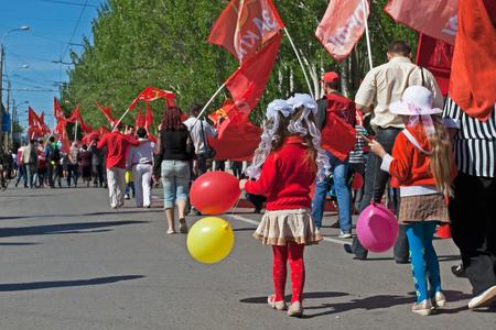 Volgograd, Russland - 1. Mai 2012: Die Menschen nehmen an der Mai-Demonstration in Wolgograd teil