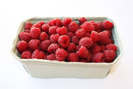 Photo of sweet raspberry in cardboard packaging, box with berries. Fresh and ripe red fruit in pack, closeup. Healthy, delicious dessert. Isolated on white. 免版税图像 - 139761182