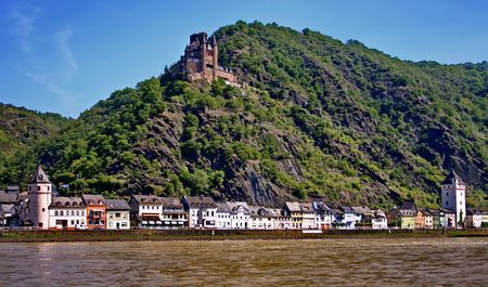 The riverside of Rhine: the town St. Goarshausen and  Schloss Katz on the rock. Germany Stock Photo