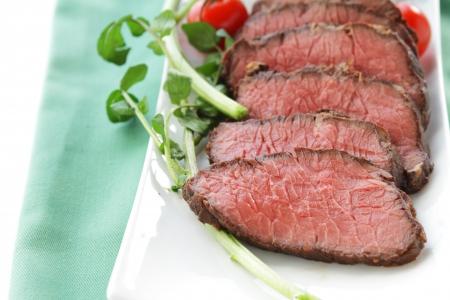 carne asada: rebanada roast sangriento en fondo blanco aislado Foto de archivo